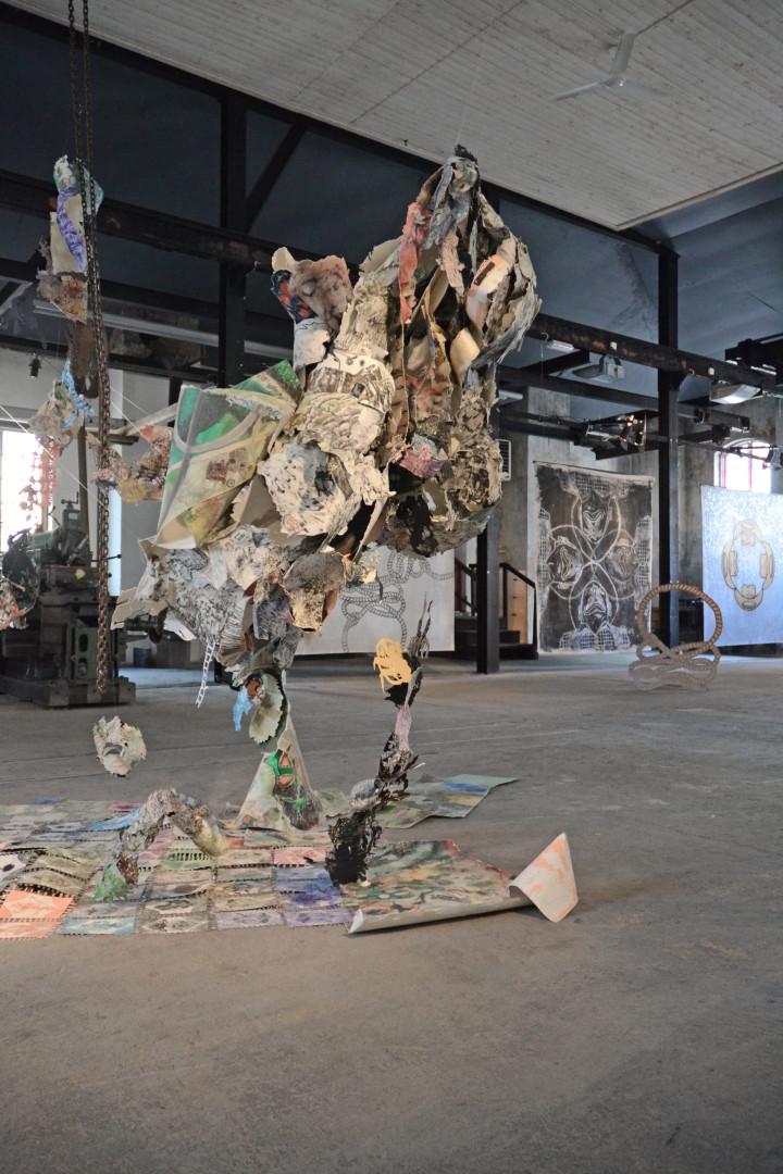 Det hängande 3D-collaget är ett samarbetsprojekt av Ellisif Hals och Susanne Skeide. I bakgrunden verk av John Rasimus.