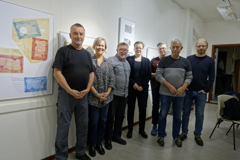 Från V:  Göran Boardy (Sverige), Pernille Mejslov (Dannmark), Gudmundur Armann Sigurjonsson (Island), Johanna Pihlajamaa (Finland), Solveig Landa (Norge), Jan Kiowsky (Danmark), Oggi Lamhauge (Färöarna)