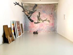 """Hej..här är en bild från senaste utstl. som heter """"i.e"""" och pågår fram till den 7 maj på Ebelingmuseet. på bilden syns """"Bird on Branch"""" mdf-board hängande i rummet. Duken bakom är """"Bird On Branch"""" ca 4x2,5 meter akryl, lack och träsnitt på fiberduk. till vänster står inramade måleri och träsnitt i ramar på golvet """"log"""" träsnitt mdf-board. samt bredvid de inramade verken alla träsnitt som används för att göra utställningen."""